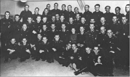 Корпус командиров 1-й роты 503-го тяжелого танкового батальона во время прощального вечера во Фредрихсроде перед отправкой в Нормандию. Альфреда Руббеля нет на этой красивой групповой фотографии, потому что он в этот момент должен был лечить малярию, которой он заразился на Кавказе.
