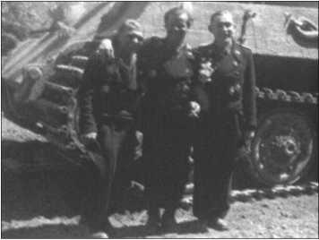 Альфред Руббель посещает свою 1-ю роту в Ордруфе, рота уже получила новые «Королевские Тигры». Слева направо: Курт Книспель, Ханс Фендезак и Альфред Руббель.