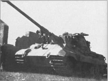 «Тигр II» был, без всякого сомнения, превосходно бронирован и вооружен. Но с самого начала «Тигр II» со своим боевым весом 70 тонн и мотором «Майбах», который мог выдать только 700 лошадиных сил, был недостаточно моторизован.