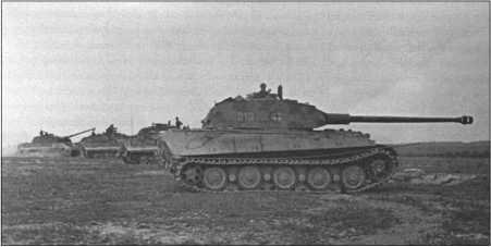 Несколько «Тигров II» с башнями «Порше» при пристрелке 8,8-сантиметровых пушек.