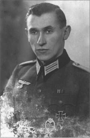 Студийная фотография лейтенанта Альфреда Руббеля, снятая в декабре 1944 года. К сожалению, это фото плохо сохранилось.