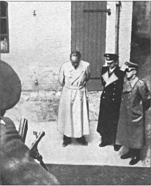 Арестованные члены правительства под английской охраной: бывший министр вооружений АльфредШпеер, гросс-адмирал Дёниц и генерал-фельдмаршал Альфред Йодль.