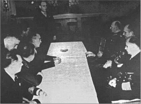 Адмирал Дениц в завещании Гитлера был назначен его наследником. Фотография показывает заседание «Имперского правительства Деница», которое правило во Фрайбурге со 2 по 23 мая 1945 года.Оно не было признано союзниками и в конце концов было распущено.