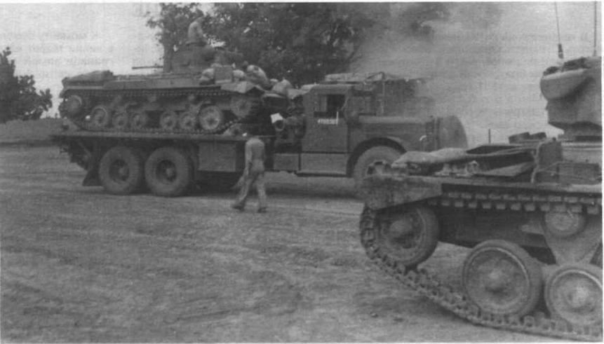 Во время боевых операций в Бирме танки часто доставлялись к переднему крат на тяжелых грузовиках. На снимке — «валентайны» 146-го танкового полка. 1943 год