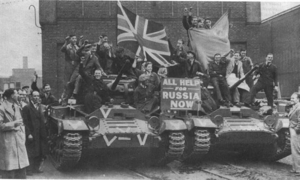 Перед митингом по случаю передачи первых британских танков Советскому Союзу. Бирмингем, 28 сентября 1941 года