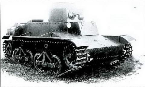 Танк Т-34 спереди-сбоку. Фара боевого света закрыта
