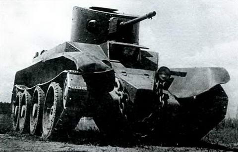 Танк БТ-2 с пушечно-пулеметным вооружением.