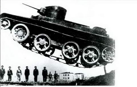 Танк БТ-2 перепрыгивает препятствие, ХВО, 1933 г.