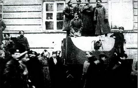 Бронеавтомобиль «Красный Петербург»(бывш. «Ахтырец») у Смольного. Осень, 1917 г.