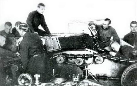 Курсанты танковой школы за изучением матчасти танка МС-1 (Т-18), 1930 г.
