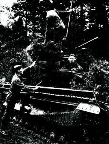 Советские представители знакомятся с танком «Виккерс 12-тонный», 1930 г.