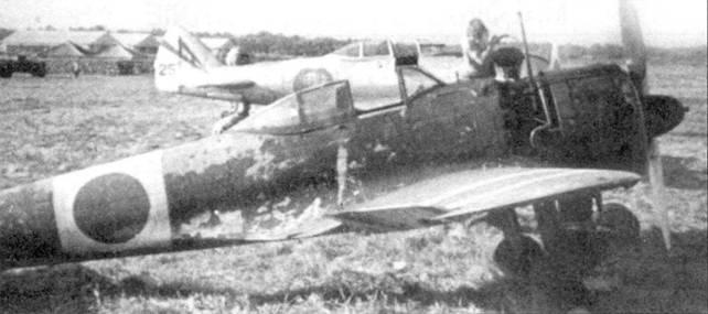 Камуфлированный Ки-43-I-Хей, 47-й сентай, начало 1944 года. На заднем плане виден неокрашенный истребитель Ки-44.