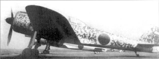 Камуфлированный Ки-43-II-Ko ранней производственной серии. На заднем плане виден неокрашенный самолет. Оба самолета принадлежали одной части.