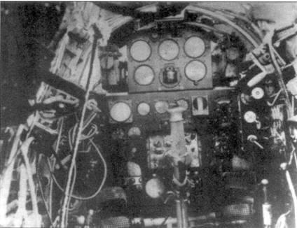 Кабина Ки-43-II заметно отличалась от кабины Ки-43-I. Видна приборная доска нового дизайна. Слева виден замок 12,7-мм пулемета. Справа виднеется замок более короткого пулемета калибра 7,7 мм.