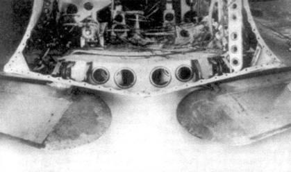 Фюзеляж в месте технологического членения. На снимке открывается вид сзади на переднюю часть фюзеляжа. Видны выпущенные боевые закрылки.