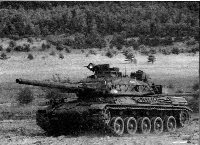 Танк АМХ-30В2 во время учебных занятий на полигоне