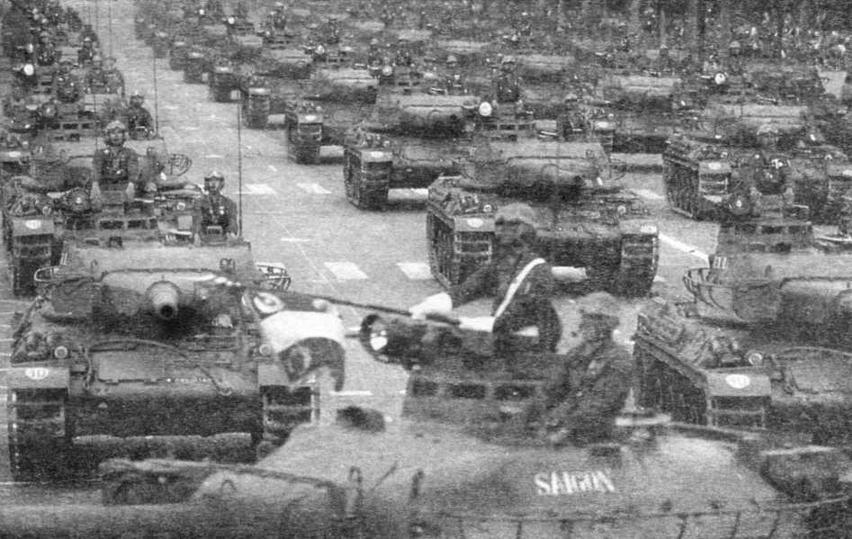 Танки АМХ-З0В2 проходят по Елисейским полям в день проведения традиционного военного парада. Париж, 14 июля 1986 года