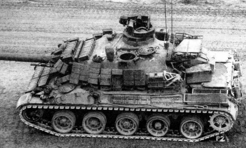 Вид сверху-сбоку на танк АМХ-30В2, оснащенный комплектом навесной динамической защиты