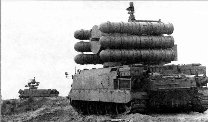 Самоходный зенитно-ракетный комплекс «Шахин». На втором плане — машина целеуказания