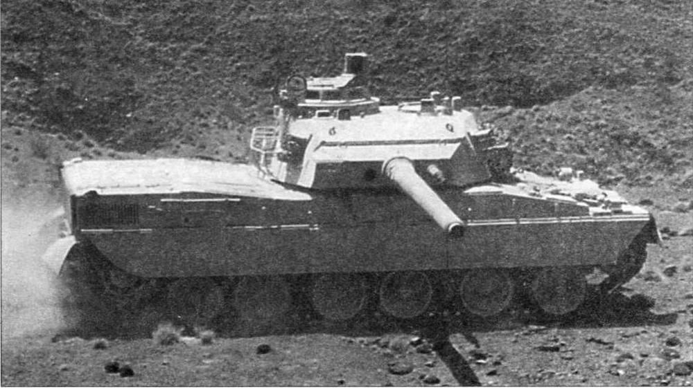 Основной боевой танк АМХ-40 во время испытаний. На фото хорошо видна шестикатковая ходовая часть этой машины