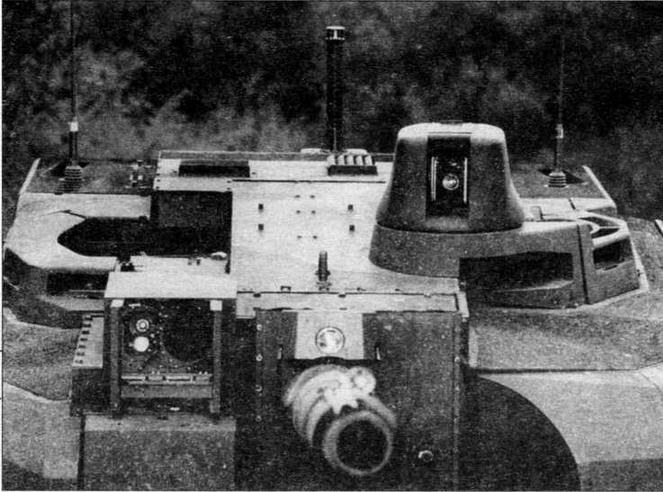 Башня «Леклерка» крупным планом. На <a href='https://arsenal-info.ru/b/book/3397331535/7' target='_self'>командирской башенке</a> установлен панорамный прицел командира HL70, слева от пушки — комбинированный прицел наводчика HL60