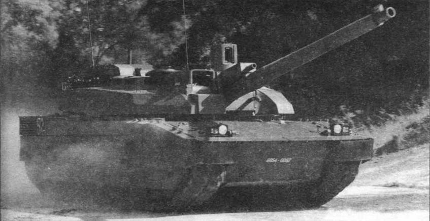 Основной боевой танк «Лекперк» 2-й серии демонстрирует свои ходовые качества на выставке «Сатори»