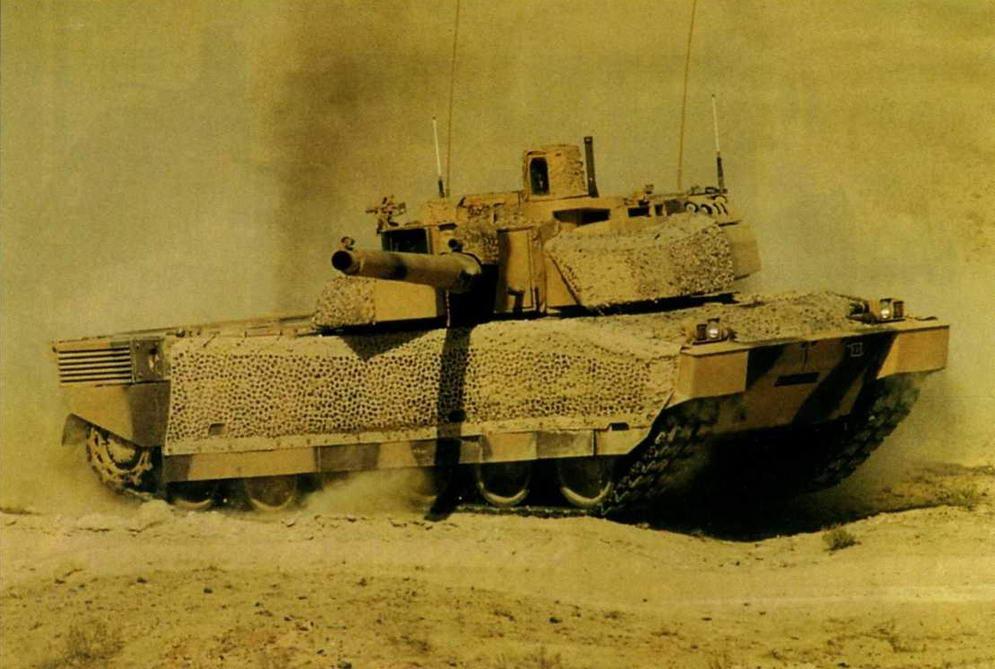 Один из первых танков Leclerc Tropic во время испытаний в Объединенных Арабских Эмиратах. 1993 г.