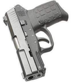 Благодаря использованию полимера, рама пистолета очень легкая, но в то же время обеспечивает необходимую прочность. Еще одним огромным плюсом полимерной рамы является простота производства и в конечном итоге весьма доступная рыночная стоимость. Мушка и целик имеют контрастные белые вставки, отлично себя зарекомендовавшие как при стрельбе с хорошим освещением, так и в сумерках. На тыльной поверхности рамы хорошо виден серийный номер, но некоторым владельцам не нравится, что номер выполнен белым. Это отвлекает от таких же по цвету вставок мушки и целика. Решением проблемы, в таком случае, является просто окрашивание номера подходящей черной краской.