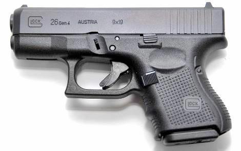 Представленный на этом фото пистолет Glock 26 Gen 4 заслуженно считается одним из лучших представителей сверхкомпактных моделей для скрытого ношения. Он чрезвычайно надежен, очень прост в обращении и уходе, удобен, точен в стрельбе, незаметен и необременителен в ношении.