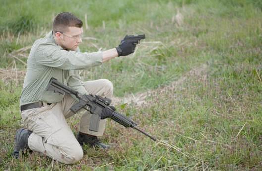 На фотографии пистолет Kel-Tec PF-9 и самозарядный карабин SU16, так же изготавливающийся компанией Kel-Tec. Модель PF-9 отличается прекрасным соотношением компактности и незаметности при ношении, удобства и необременительности, простоты в использовании, надежности и не высокой цены.