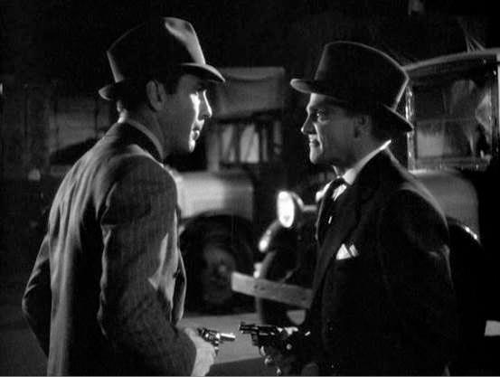 Звёзды Голливуда 1930-1940-х годов: Джеймс Кэгни (Эдди) с револьвером Detective Special и Хэмфри Богарт (Джордж) разговаривают на складе в знаменитой гангстерской драме 1939 года «Ревущие двадцатые».