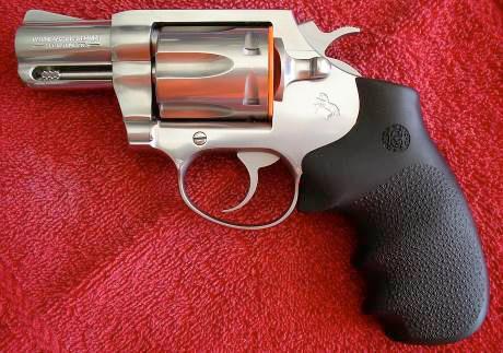 Основной особенностью револьвера Magnum Carry стало использование в нем мощного патрона .357 Magnum, имеющего репутацию одного из самых эффективных патронов к личному короткоствольному оружию благодаря высокому останавливающему действию пули. Сам же револьвер, анонсированный компанией Кольт в 1998 году, основан на конструкции и дизайне DS-II. Его рама была усилена из-за возросшей мощности применяемого боеприпаса, а для удобства удержания и лучшей контролируемости оружия при стрельбе, Magnum Carry снабжали эргономичными объемными щечками рукоятки.