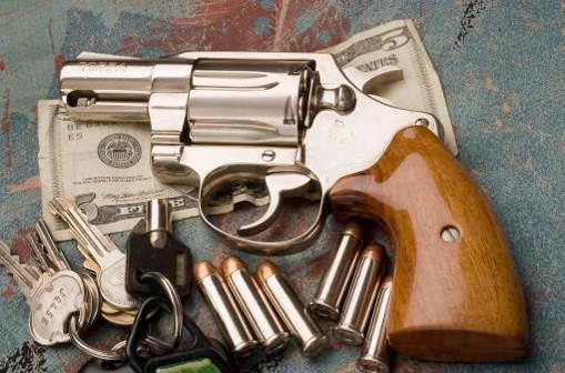 В 1950 году на базе конструкции Colt Detective Special были созданы и выпускались револьверы Cobra с легкой рамкой на основе алюминия. В револьверах Cobra для стрельбы использовались те же патроны 38-го и 32-го калибра, что и в Detective Special. Это оружие оставило свой след в истории Америки. Из раннего варианта Colt Cobra 24 ноября 1963 года Джек Руби застрелил в полицейском участке Ли Харви Освальда, задержанного по подозрению в убийстве Президента США Джона Кеннеди. Представленный на фото никилированный револьвер Colt Cobra прекрасно смотрится в сочетании с нестандартными щечками рукоятки из светлого дерева, установленными владельцем этого оружия. Весящий всего около 425 г. кольтовский Кобра отлично подходит для скрытого ношения, в особенности в тандеме с правильно подобранной кобурой. Этот удобный и надежный «шестизарядник» остается популярным и востребованным на гражданском рынке оружия Соединенных Штатов.