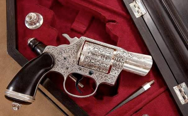 «Vampire Exterminator Gun» – весьма впечатляющий револьвер Colt Detective Special пятой модели, выполненный в единственном экземпляре. Это уникальное оружие украшено превосходной объемной гравировкой вампирской тематики Леонардом Франколини в 1975 году. Один из элементов декора – серебряные вставки в нижней части левой щечки рукоятки, изображают летучих мышей и, подобно зарубкам на прикладе побывавшей «в деле» снайперской винтовки, указывают количество побед, одержанных над противником с помощью этого оружия.