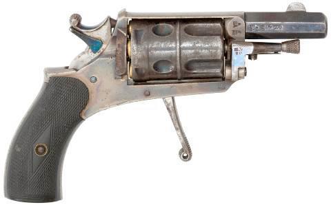 Многие револьверы Велодог выпускались с открыто расположенными курками. Изображенный на фото бельгийский Велодог калибра 5,75-мм с нескладным спусковым крючком, оснащен флажковым предохранителем, рычаг которого расположен на курке. Подобные предохранители могли отличаться по исполнению, но лучшей считается конструкция, в которой помимо блокирования курка осуществляется и разобщение его со спусковым крючком.