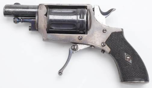 На рамке этого бельгийского револьвера Бульдог хорошо видны третий винт (ось стопора спуска) и сам стопор. Этот револьвер имеет некоторые отличительные признаки Велодогов – используемый патрон 5,75mm Velodog и складывающийся спусковой крючок.