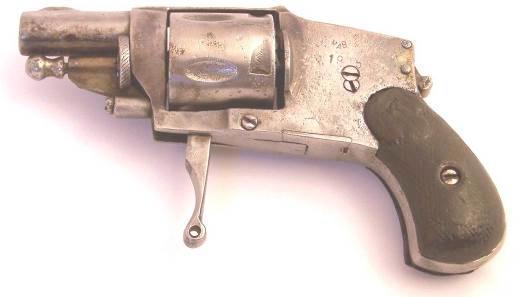 Еще один испанский Велодог, изготовленный, предположительно, в 1925 г. Клеймо MAB на левой стороне рамки здесь не имеет ничего общего с французской фирмой Manufacture d'Armes Automatiques de Bayonne, никогда не выпускавшей револьверы Велодог. Испансике Велодоги с таким клеймом изготавливал Martin Anton Bascaran из города Эйбар, ставивший клеймо MAB как свой <a href='https://wm-help.net/lib/b/book/3061515169/34' target='_blank'>товарный</a> знак. Оружие не отличается качеством изготовления и обработки поверхностей. Этот револьвер использует популярные патроны 6,35mm Browning и оснащен предохранителем, блокирующим курок.