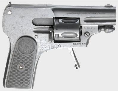 На данном фото один из револьверов Велодог, получивших наименование «фасон Браунинг». Он имеет характерную форму для револьверов данного типа, отличающуюся увеличенной верхней частью рамки и даже выемками по бокам в районе ствола, как в передней части затвора пистолета FN Browning model 1900. Это испанская подделка под продукцию французской фирмы Manufacture Frangaise d'Armes et Cycles de Saint Etienne, предположительно изготовленная в 1915-1920 гг. Клейма выполнены с ошибками, включая «бельгийские» инспекторское, не ставившиеся после 1901 года. Данный экземпляр выполнен под патрон 6,35mm Browning.