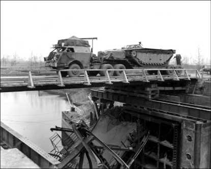 Занятный эпизод — танковый транспортер М26 перевозит плавающий транспортер LVT-2 («Буффало») через реку по мосту у голландского г. Рурмонд.