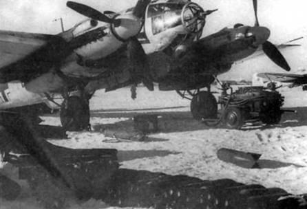 """К подвеске на самолет Не-111Н-4 из 1/KG- 27 """"Boelcke"""" подготовлены 50-кг бомбы, Россия, зима 1941-1942 г. г. В носу фюзеляжа бомбардировщика установлена 20-мм пушка MG-FF, скорострельность пушки 450 выстрелов в минуту, <a href='https://arsenal-info.ru/b/book/2362237253/112' target='_self'>начальная скорость снаряда</a> 550 м/с. Зимой верхние поверхности самолетов люфтваффе временно окрашивались в белый цвет."""
