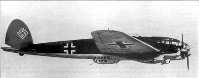 """Не-111Н-5 (1Н+ВК) из 2/KG-26 """"Lowengesch wader"""" в полете над Норвегией, 1941 г. Если присмотреться, то можно установить, что на нижней поверхности плоскости крыла крупноразмерыне опознавательные знаки закрашены светло-голубой краской, поверх которой нанесены новые опознавательные знаки меньшего размера. Кок винта – красный (RLM- 23, FS 31140), цвет 2-го стаффеля."""
