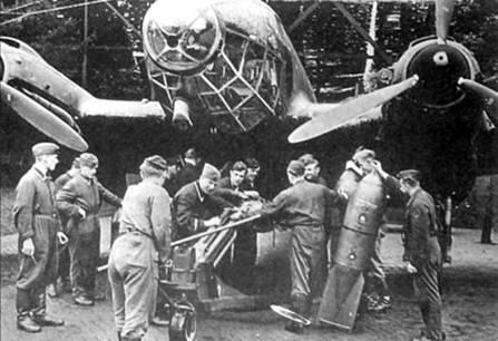 Подвеска 500-кг бомб SC-500 на Не-111Н-5, Франция. Бомба подвешивалась па держатель ЕТС-2000, который, в свою очередь монтировался снаружи закрытых створок бомбоотсека. Нижние поверхности самолета окрашены в черный цвет, очевидно самолет принимал участие в ночных рейдах на Англию.
