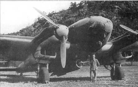 Кто-то из экипажа позирует па фоне Не-111Н из I/KG-26, Норвегия, лето 1940 г. Пилот опирается на подвешенную под фюзеляжем 1000-кг бомбу SC-1000. Не-111 мог нести только одну такую здоровенную (длина 2,8 м) авиабомбу. При взрыве бомбы образовывалась воронка глубиной 10м. Остекление кабины самолета закрыто чехлом.