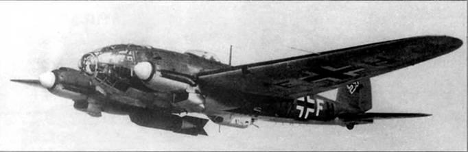 В полете Не-111Н-5 (1H+FH) из I/KG-26, под фюзеляжем па дерзттеле PVC-1006 подвешена 1000-кг бомба SC-1000 «Hermann». Свое прозвище толстая бомба получила за силуэт, сходный с обводами рейхсмаршала Германа Геринга. Коки винтов и литера «F» – белого цвета, цвет I группы.