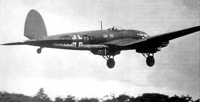 С норвежского аэродрома только что взлетел Не-111 Н-6 (1H+HN) из 5/KG-26 «Lowengeschwader». Курс – Англия, идет битва за Британию. Литера «Н» красного цвета с белой обводкой. По непонятной причине свастика на вертикальном оперении закрашена черно-зеленой краской. На момент начала Битвы за Британию, 13 августа 1940 г., командование люфтваффе развернуло на аэродромах Франции, Бельгии и Норвегии 463 бомбардировщика Не-111.