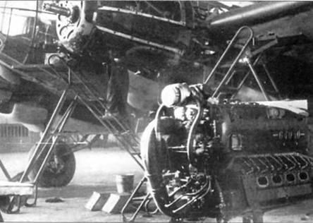 Двигатель ЮМО-211F и бомбардировщик Не-111Н-6 в цехе одного из германских авиационных заводов. ЮМО-211F представлял собой 12-цилиндровый двигатель жидкостного охлаждения с инвертным расположением цилиндров. На самолеты Не-111 Н-6 первых серий ставили моторы ЮМО-211F-1 мощностью 1300л.с., на самолеты более позднего выпуска – двигатели ЮМО-211F-2 мощностью 1240 л.с.