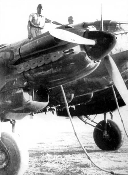 Заправка горючим бомбардировщика Не- 111Н-6. Заливочные горловины топливных баков располагались на верхних поверхностях фюзеляжа и крыла самолета. На снимке Не-111Н позднего выпуска с индивидуальными выхлопными патрубками двигателей, на ранних Не-111Н на патрубках стоял общий коллектор. На верхней поверхности мотогондолы виден воздухозаборник маслорадиатора, сбоку – воздухозаборник нагнетателя. Внизу – радиатор системы охлаждения двигателя.