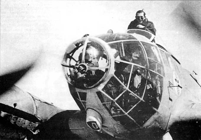 """Летчик в кабине Не-111Н-6 из I/KG-27 """"Boelcke"""". Кресло пилота регулировалось по высоте. Обычно при рулежке, на взлете и посадке летчик устанавливал кресло на максимальную высоту для улучшения обзора, при этом он высовывал голову из кабины. На борту фюзеляжа видна эмблема I группы 27-й эскадры – несущий бомбу аист."""