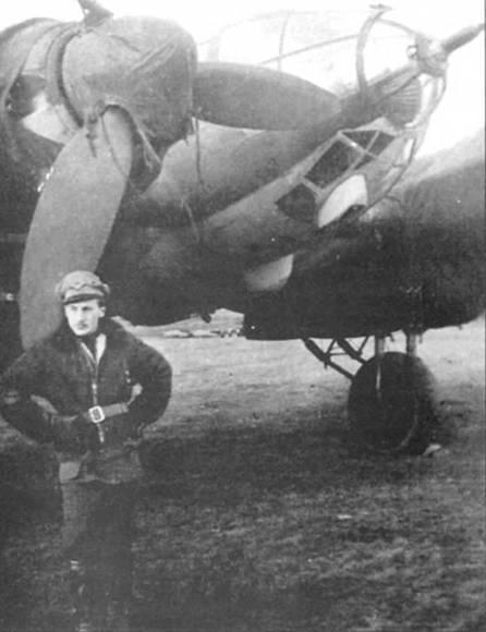 Пилот Королевских ВВС Венгрии позирует у своего Не-111Н-6, западная часть Советского Союза, конец 1943 г. Мотогондолы самолета укрыты чехлами. В носу фюзеляжа установлена 20-mt пушка MG- FF. Венгерские экипажи выполняли разведывательные полеты на Восточном фронте в 1942-начале 1943 г.г. на предоставленных немцами Не-111.