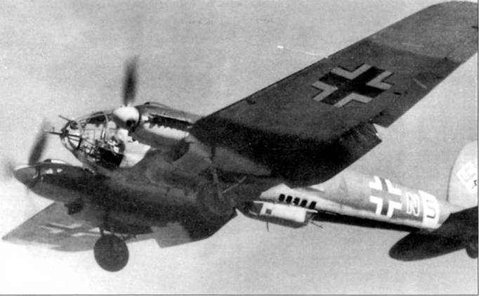 He-111H-6 (Al+NS) из 8/KG-53 садится па аэродром базирования после боевого вылета, Восточный фронт. В носу самолета установлены пушка MG FF и пулемет MG-15. Под фюзеляжем смонтирован бомбодержатель PVC-1006L При полностью отклоненных закрылках Не-111Н-6 мог лететь со скоростью всего в 135 км/ч. Литера «N» бортового кода – красная с белой окантовкой, остальные литеры – черного цвета. Нижние поверхности законцовок крыла и полоса вокруг фюзеляжа – желтые, отличительный признак самолетов Восточного фронта.